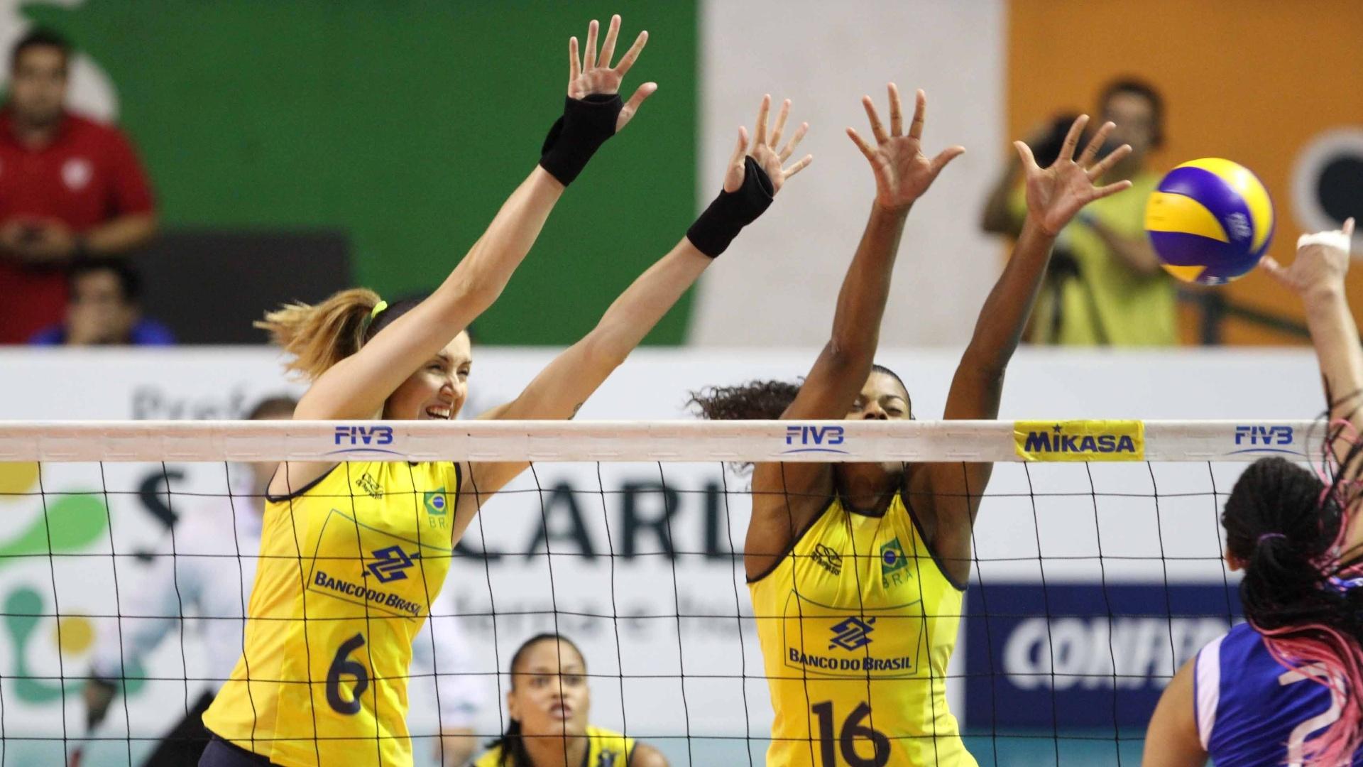 A central Thaísa (e.) sobe no bloqueio ao lado de Fernanda Garay contra a Venezuela, em São Carlos, na semifinal do pré-olímpico