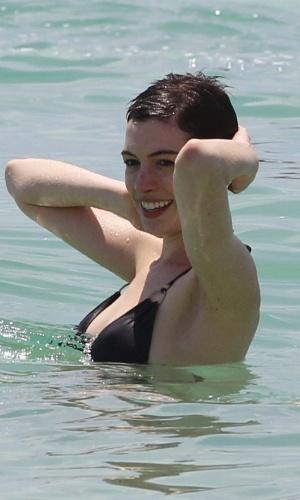 """Aproveitando uma pausa nas filmagens de seu novo longa, """"Os Miseráveis"""" Anne Hathaway curte a praia em Miami. A triz foi vista sem seu anel de noivado (11/5/12)"""