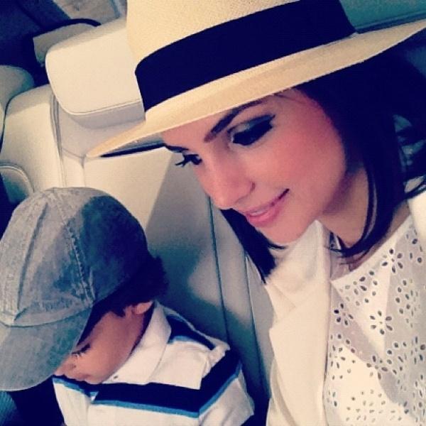 """Carol Celico, mulher do jogador Kaká, publicou foto ao lado do filho Davi em seu Twitter. """"Eu e meu companheiro"""", escreveu a cantora (12/5/12)"""