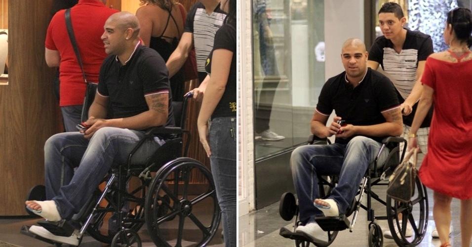 Com o pé machucado, o jogador Adriano vai a joalheria com a família em shopping na Barra (12/5/12)