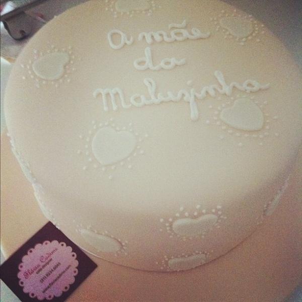 """Fernanda Pontes também um bolo em homenagem ao Dia das Mães e publicou a foto no Twitter. """"Olha o que eu acabei de ganhar! Alguém duvida que amanhã será um dia cheio de emoções ! Amei o carinho"""". A apresentadora é mãe de Maria Luiza, fruto do relacionamento com Diogo Boni (12/5/12)"""