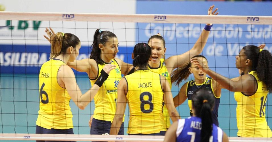 Jogadoras da seleção brasileira de vôlei comemoram ponto contra a Venezuela, em São Carlos, na semifinal do pré-olímpico