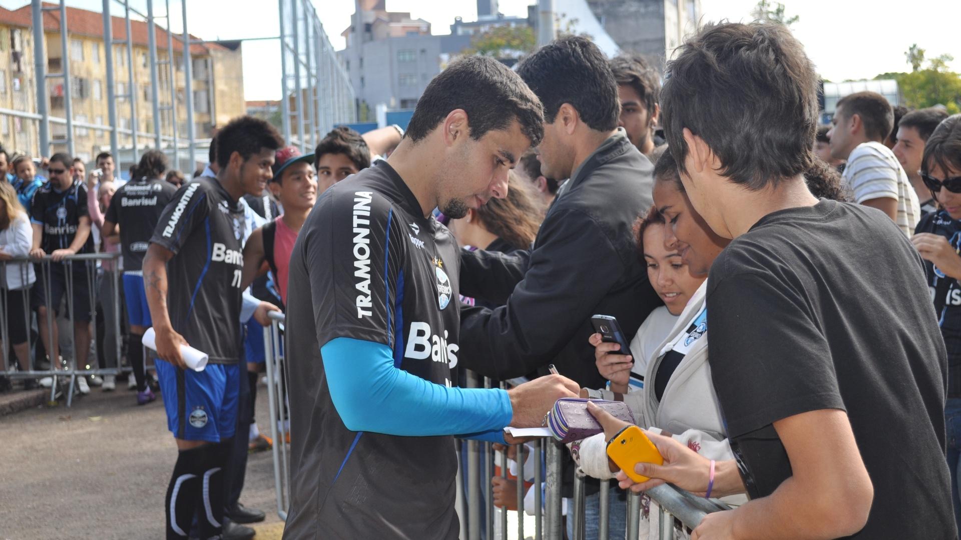 Jogadores do Grêmio concedem autógrafos para torcedores após treinamento (12/05/2012)