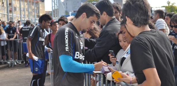 Jogadores do Grêmio concedem autógrafos para torcedores após treino deste sábado