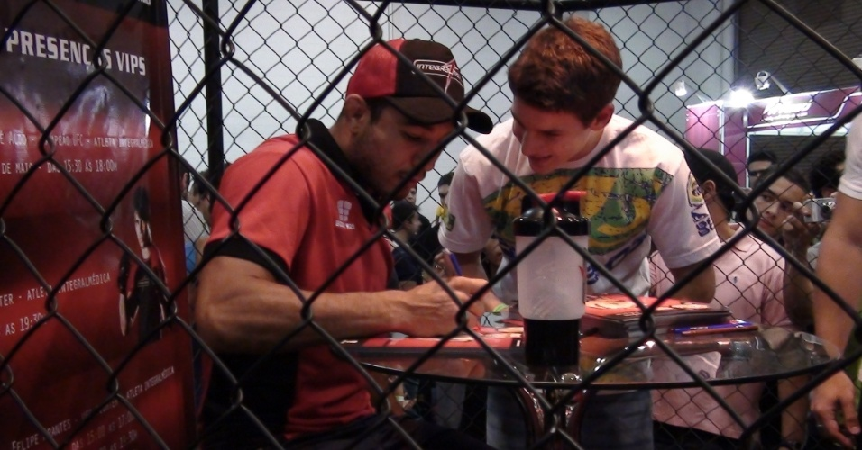 José Aldo passou cerca de 3h atendendo o público que queria uma lembrança do dono do cinturão do peso pena do UFC