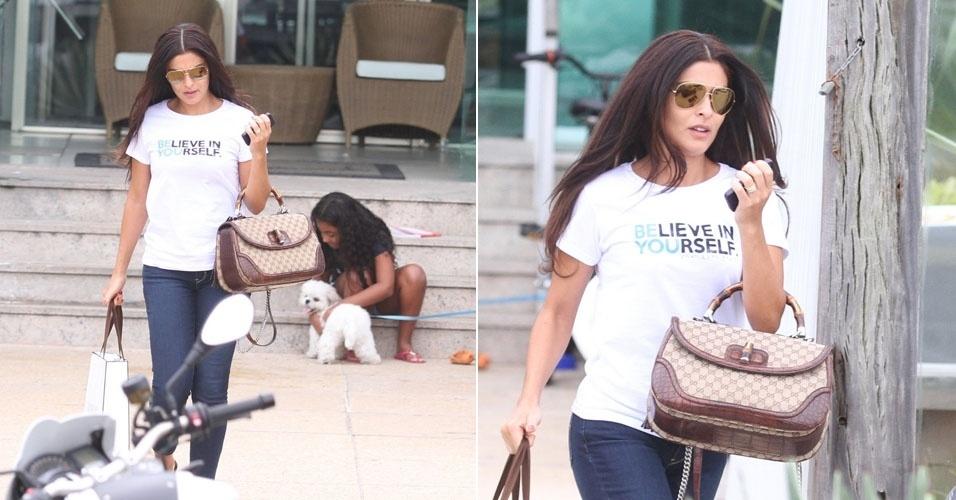 Juliana Paes sai de academia na Barra da Tijuca de chinelo, calça jeans e o cabelo super escovado. A atriz parou de cortar as madeixas para viver a personagem Gabriela (12/5/12)