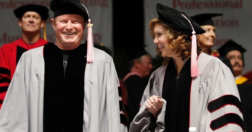 O vocalista da banda Eagles, Don Henley, e a cantora Alison Krauss comparecem a cerimônia de graduação de seus doutorados em música, na faculdade de Berklee, em Boston (12/5/12)