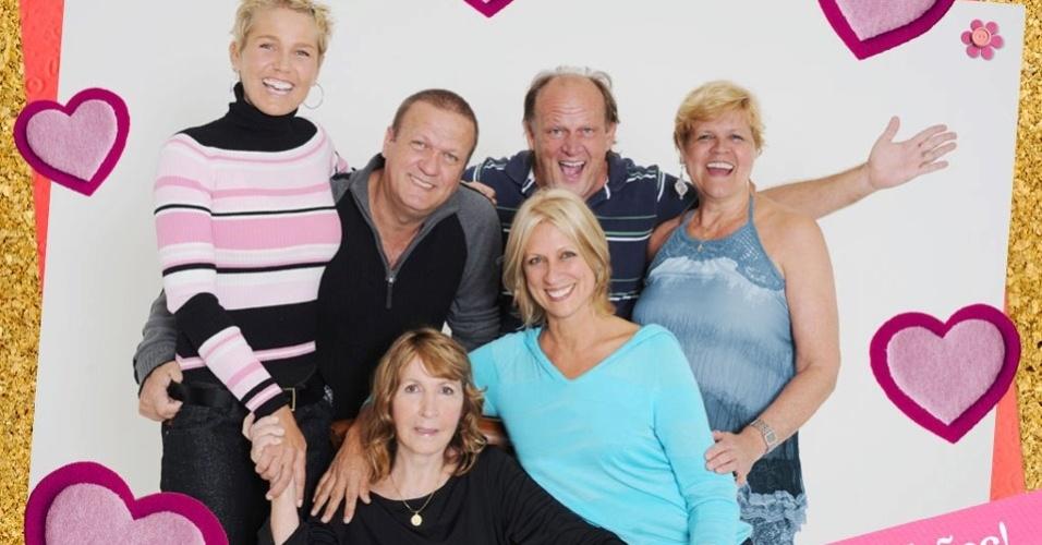 Xuxa divulgou em sua página oficial do Facebook uma foto com sua família. A mãe da apresentadora (sentada, de blusa preta) aparece na imagem cercada pelos filhos (12/5/120