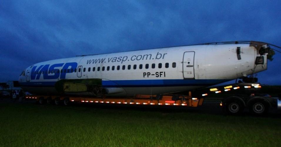 13.mai.2012-Avião da Vasp arrematado em leilão chega a Araraquara