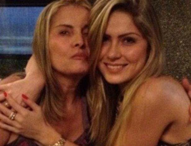 A ex-BBB Renata postou uma foto com a mãe em seu perfil no Twitter