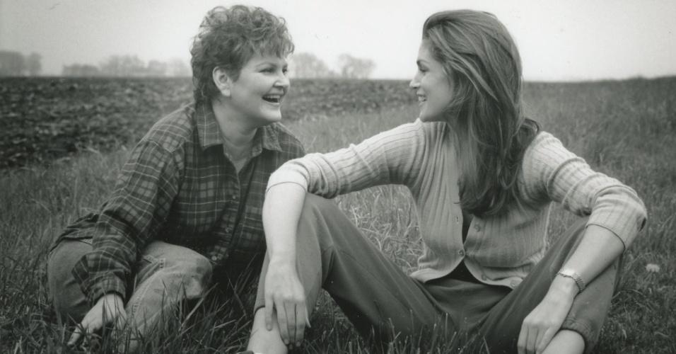 A modelo Cindy Crawford postou no Twitter uma foto com a mãe para homenagear o Dia Mães (13/5/12)