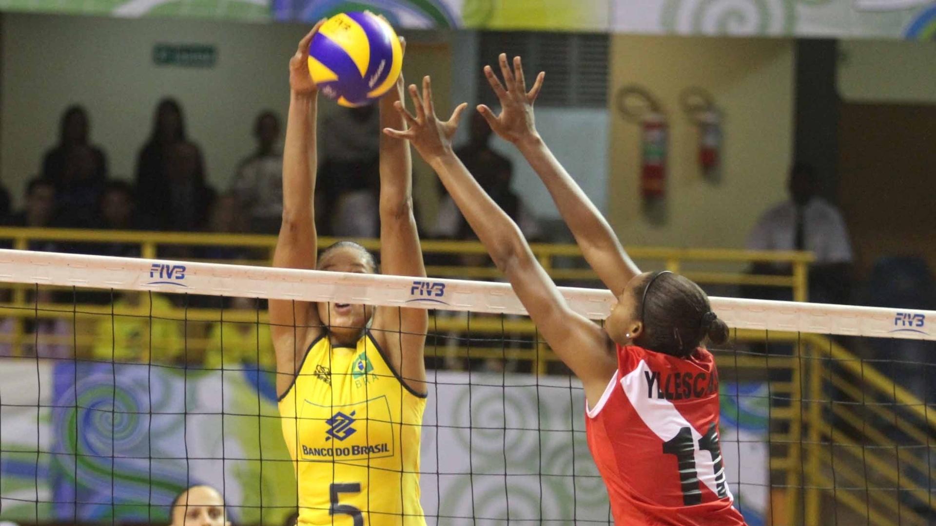 Adenízia, central da seleção brasileira, briga pela bola na