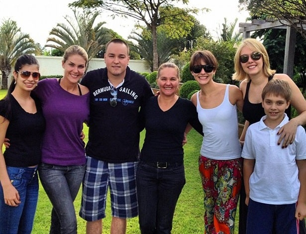 Ana Hickmann posta foto com a mãe e os irmãos no Twitter no Dia das Mães (13/5/12)
