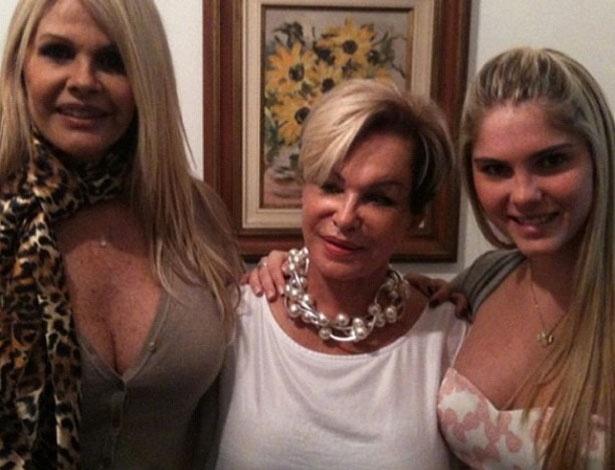 """Bárbara Evans postou em seu Twitter uma foto com a mãe, Monique e a avó. """"Muito amor"""", escreveu a modelo (13/5/12)"""