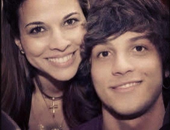Chay Suede, da novela Rebelde, postou uma foto com a mãe, Herica, em seu Twitter em homenagem ao Dia das Mães (13/5/12)