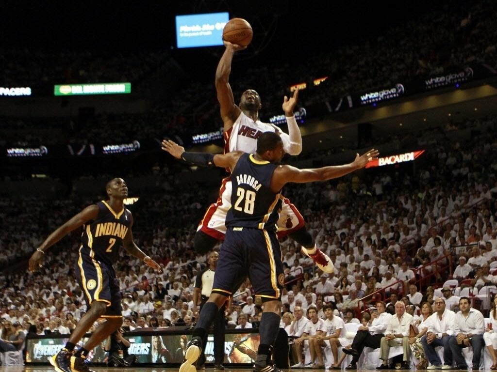 Dwyane Wade, do Miami Heat tenta jogada marcado de perto pelo brasileiro Leandrinho Barbosa, do Indiana