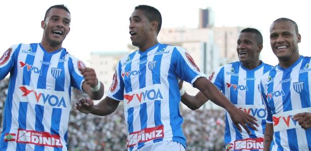 Jogadores do Avaí comemoram gol marcado por Cleber Santana na decisão do estadual