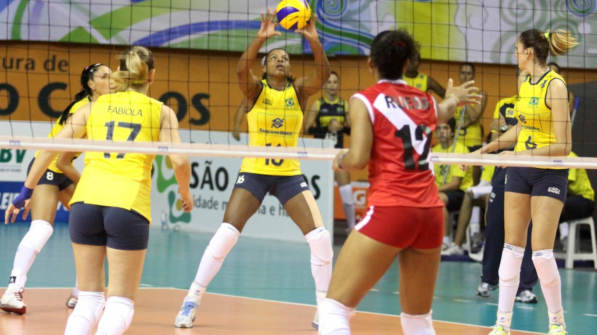 Fernanda Garay faz recepção de saque peruano na final do Pré-Olímpico, realizado em São Carlos