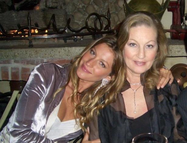 Gisele Bündchen homenageia a mãe com foto no Facebook (13/5/12)