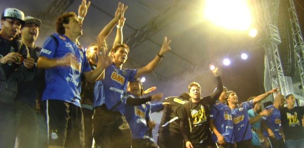 Jogadores subiram no palco montado no gramado da Vila para comemorar o título