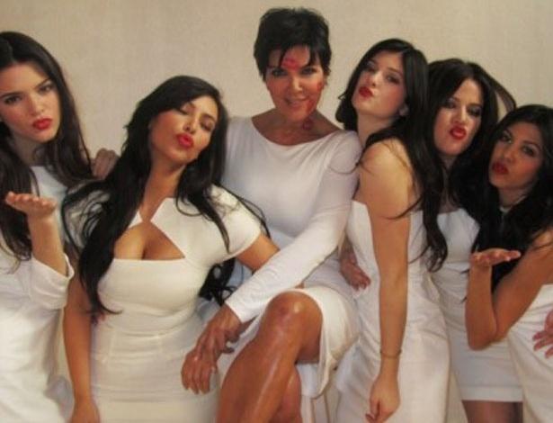 Kim Kardashian coloca foto com a mãe e as irmãs em seu site para homenagear o Dia das Mães (13/5/12)