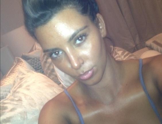 Kim Kardashian exagera no bronzeado e publica foto no Twitter (12/05/2012)