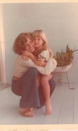 Luciano Huck postou uma foto com a mãe de quando era criança com os cabelos loirinhos (13/5/12)