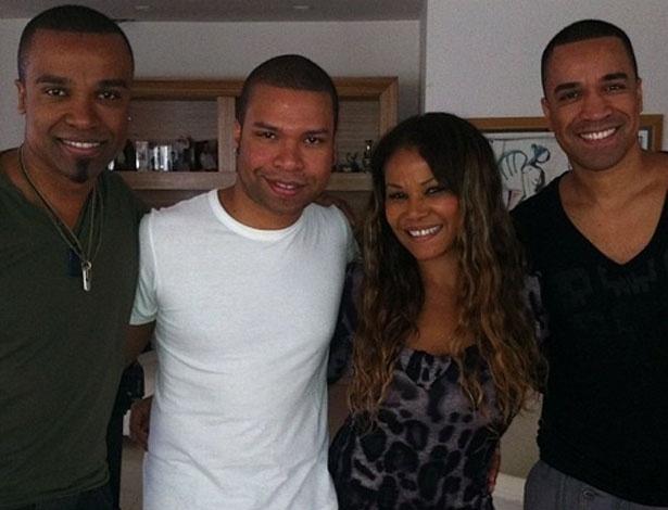 O cantor Fernando Pires postou uma foto sua com a mãe e os irmãos, Alexandre (a esq) e João Jr (13/5/12)