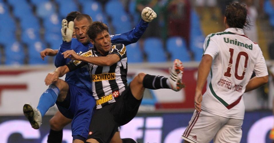 Rafael Moura observa dispuata de lance entre o goleiro do Fluminense, Diego Cavalieri e Fellype Gabriel