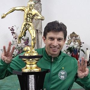 Ao lado do troféu do tricampeonato, Tcheco comemora conquista de marca pessoal no Coritiba