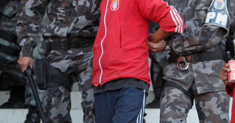 Torcedor do Internacional é preso após tumulto com a polícia durante a vitória da equipe sobre o Caxias, na decisão do campeonato estadual