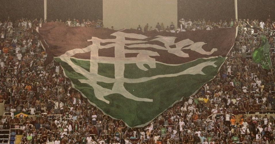 Torcida do Fluminense estende bandeira com o símbolo do clube carioca durante a comemoração do título