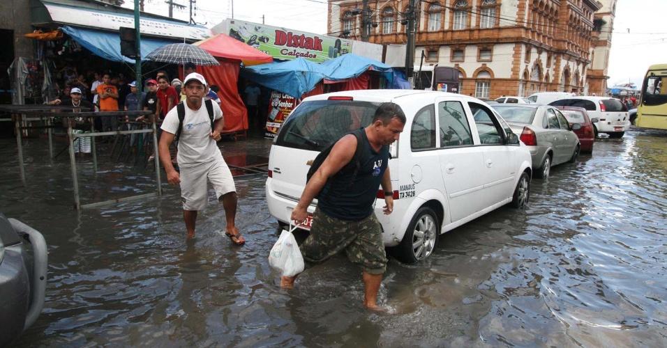14.mai.2012 - A chuva, em Manaus, provocou alagamentos e prejudicou o deslocamento de motoristas e pedestres, em vias importantes da cidade, como a avenida Eduardo Ribeiro (foto) e as ruas Barão de São Domingos e dos Barés