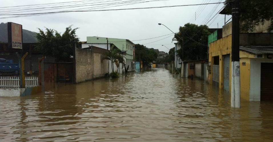 14.mai.2012 - A chuva forte que começou no domingo provocou alagamentos nesta segunda-feira, no Espírito Santo. Na Grande Vitória, cidades decretaram estado de alerta, por causa das enchentes