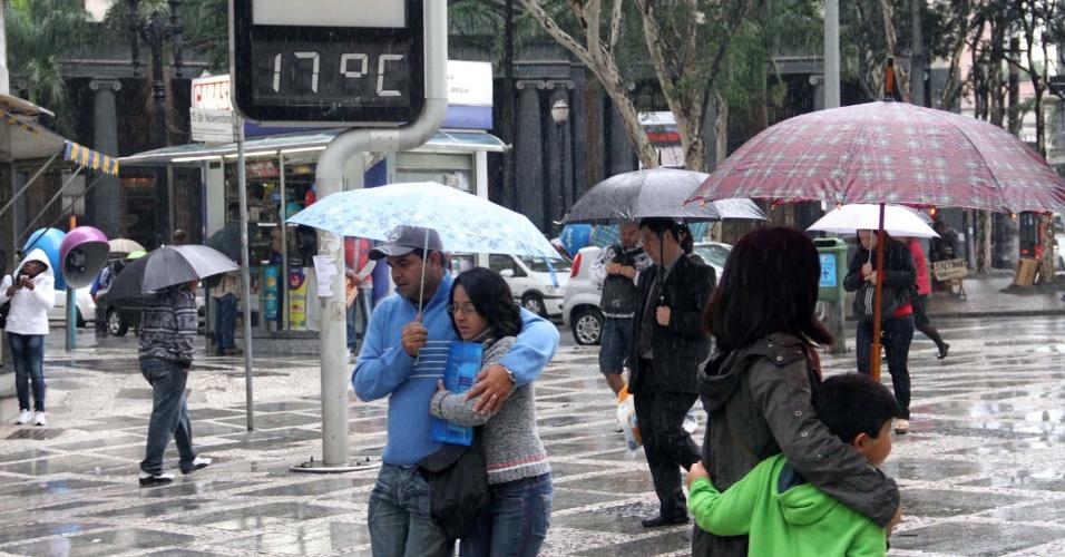 14.mai.2012 - São Paulo amanhece com chuva e frio na manhã desta segunda (14).  Os termômetros no centro da cidade (foto) chegaram a marcar 16° C