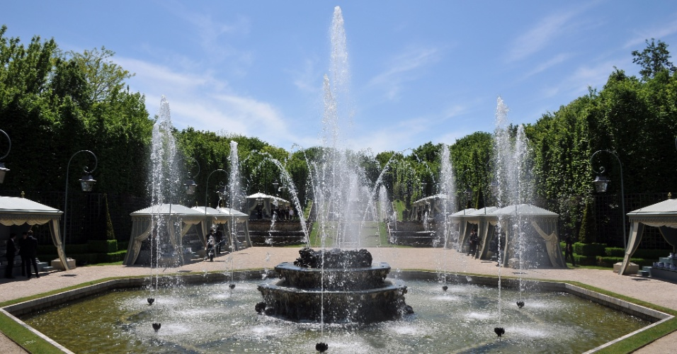 A Chanel escolheu o belo jardim do palácio de Versalhes, na França, como cenário do desfile de sua coleção balneário para 2013 (14/05/2012)
