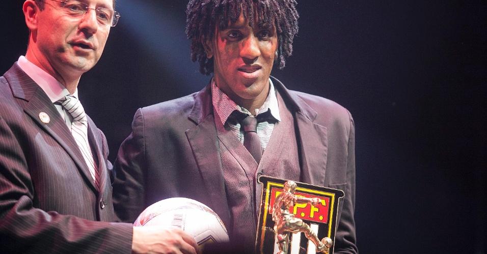 Cortêz, do São Paulo, recebe o prêmio como o melhor lateral-esquerdo do Paulistão durante cerimônia