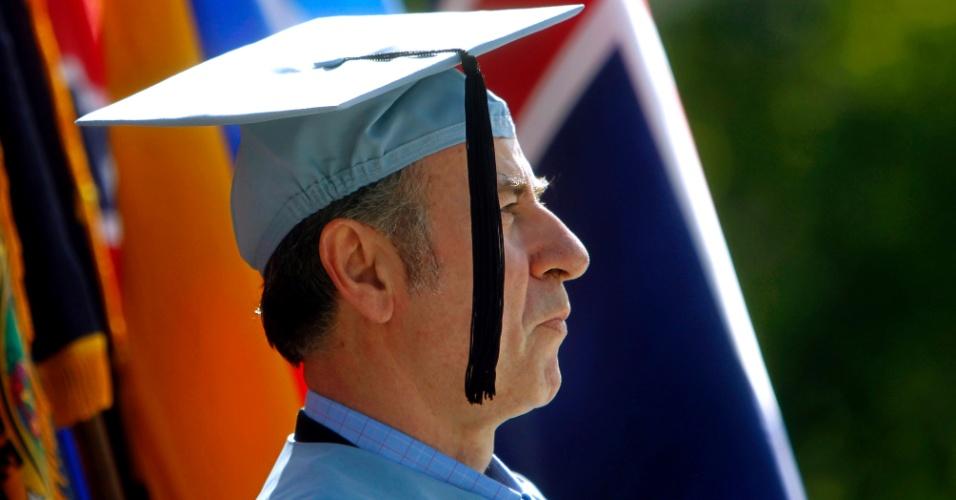 Durante anos, Gac Filipaj, 52, limpou pisos, banheiros e jogou o lixo fora na Universidade de Columbia (EUA). Ele, que é albanês e se refugiou nos Estados Unidos durante a Guerra da Iugoslávia, se graduou em literatura clássica na instituição onde trabalha
