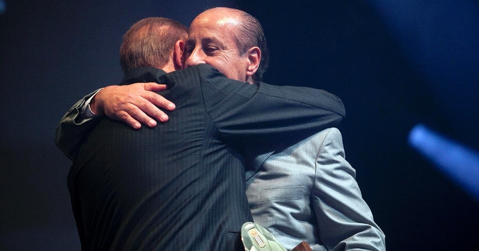 José Maria Marin, presidente da CBF, e Marco Polo Del Nero, presidente da Federação Paulista, se abraçam durante premiação dos melhores do Paulista
