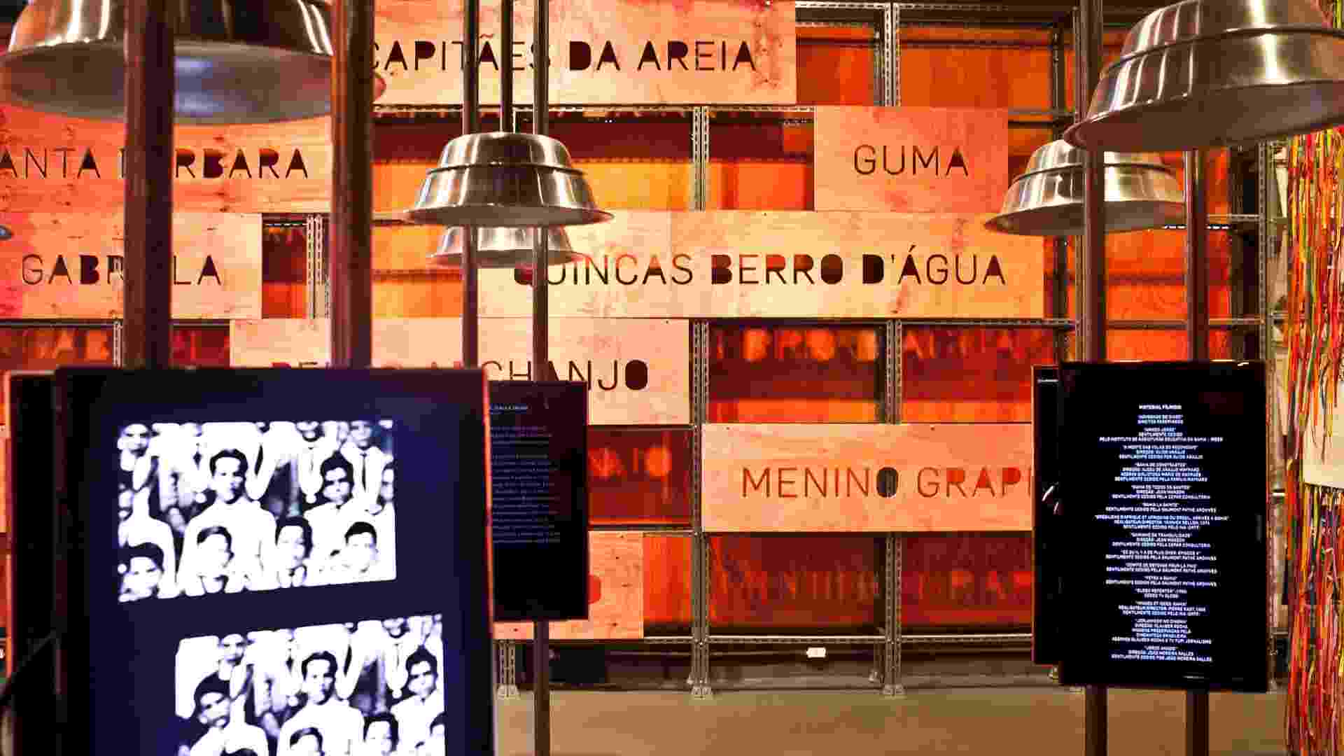 Mais nomes de personagens de Jorge Amado são escritos em madeirite em exposição no Museu da Língua Portuguesa - Lucas Lima/UOL