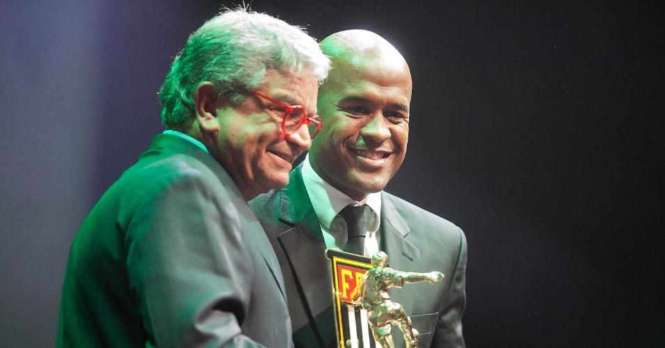 Marcos Assunção, do Palmeiras, recebe o prêmio como um dos melhores volantes do Paulistão durante cerimônia