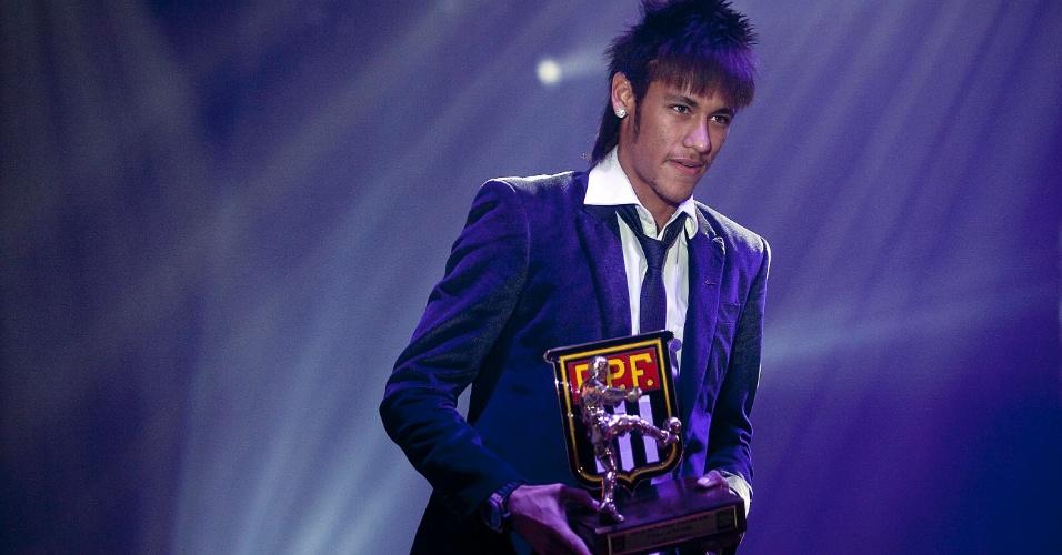 Neymar recebe o prêmio de melhor jogador do Campeonato Paulista; jogador do Santos foi também o artilheiro do torneio, com 20 gols