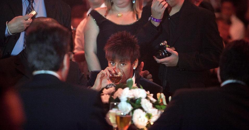 Neymar toma refrigerante durante a festa de premiação dos melhores jogadores do Campeonato Paulista
