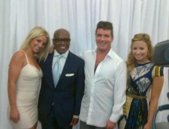 """Os jurados do """"X-Factor"""" Britney Spears, LA Reid, Simon Cowell e Demi Lovato, em foto publicada no Facebook por Britney (14/5/2012)"""