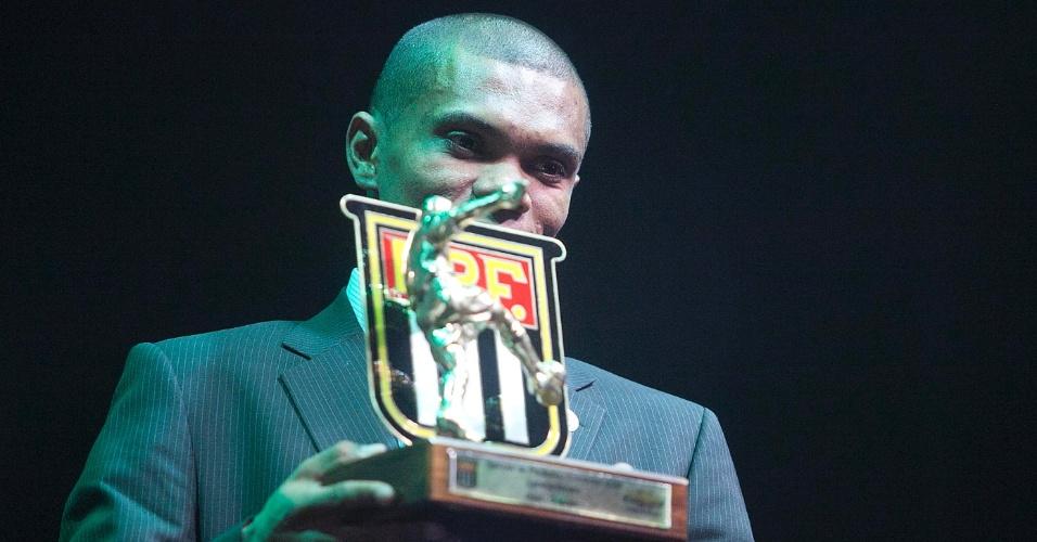 Oziel, do Guarani, recebe o prêmio de melhor lateral-direito do Campeonato Paulista durante cerimônia