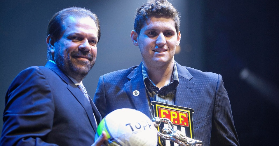 Rafael, do Santos, recebe o prêmio de melhor goleiro do Campeonato Paulista durante cerimônia