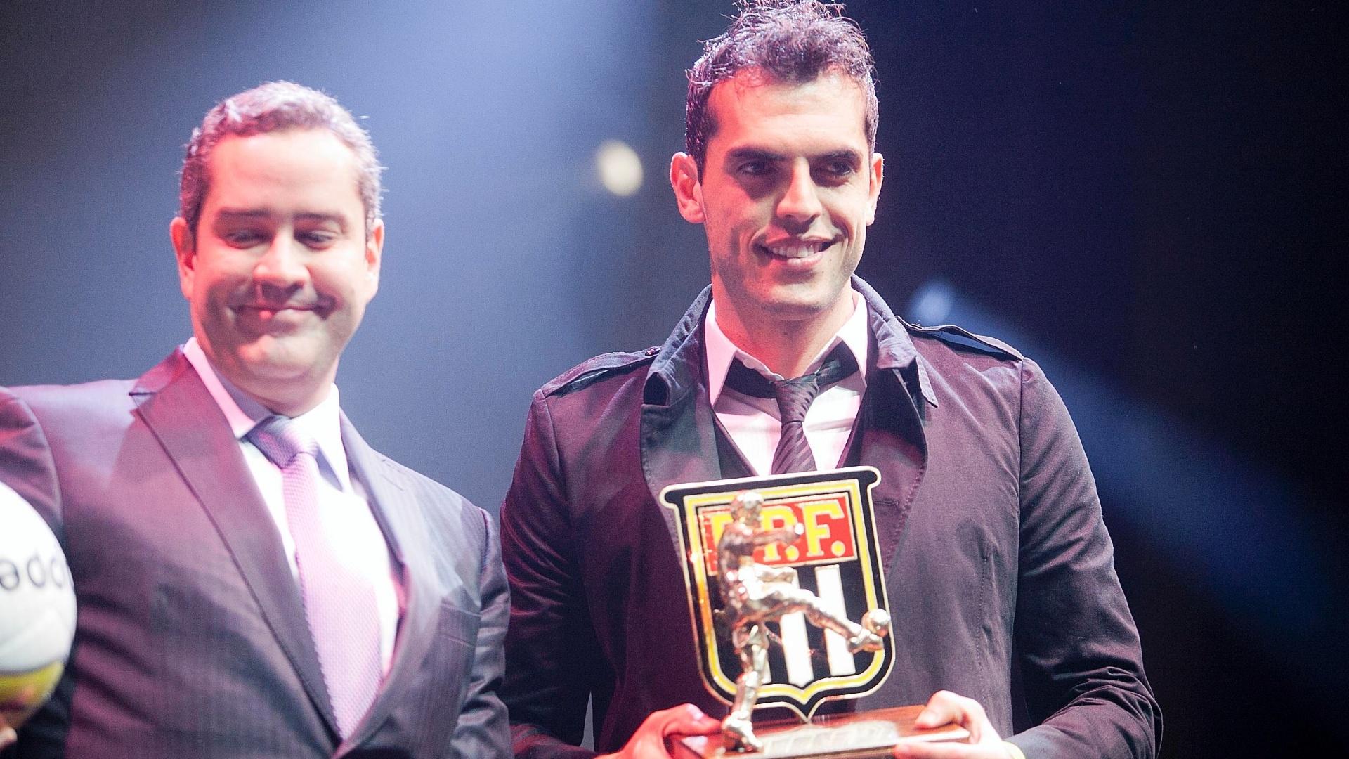 Rhodolfo, do São Paulo, recebe o prêmio como um dos melhores zagueiros do Paulistão durante cerimônia