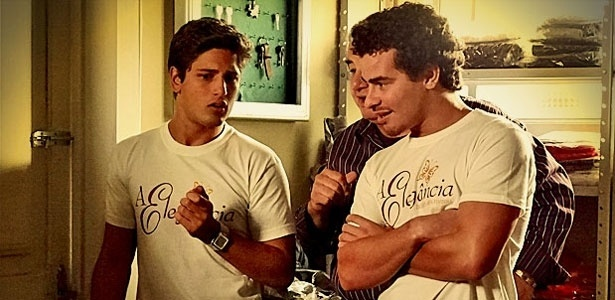 Gay não assumido, Roniquito (Daniel Rocha), à esq., pode ter amor platônico por Leandro (Thiago Martins) - TV Globo