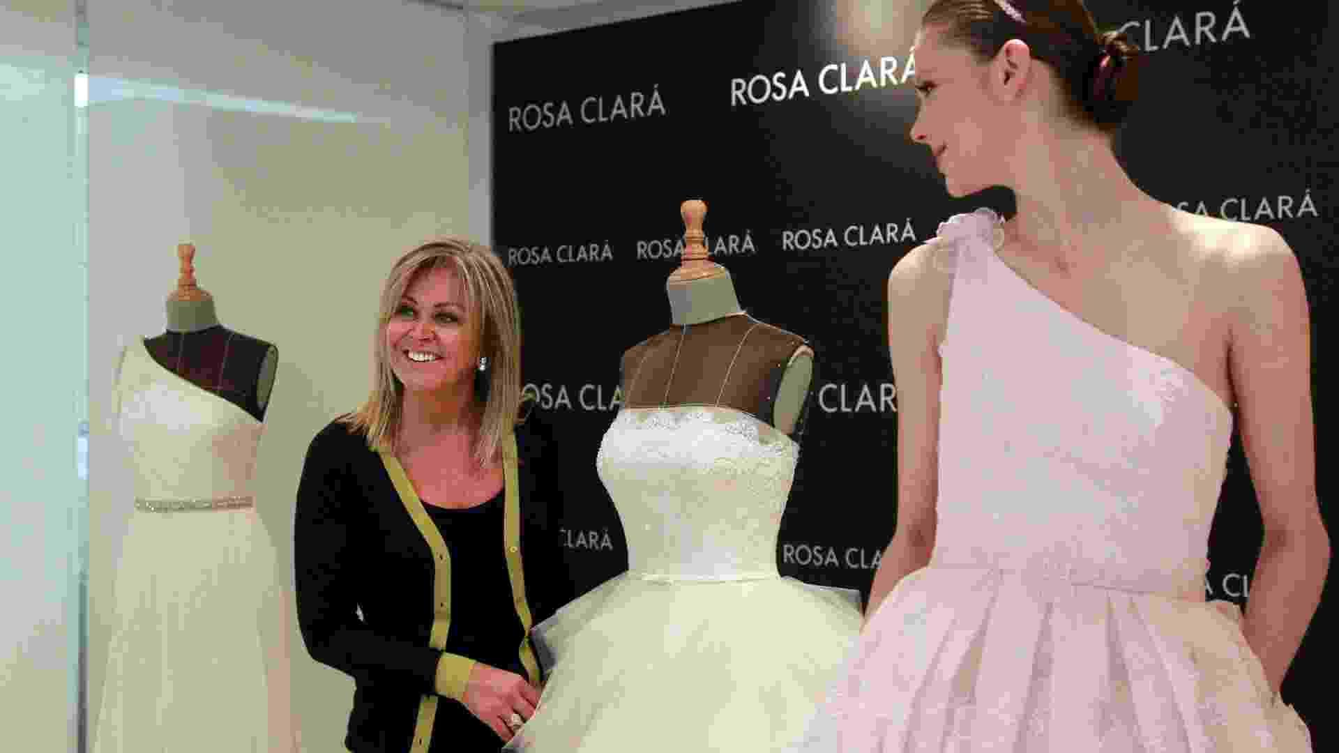 Rosa Clará posa para fotógrafos durante prova dos vestidos (08.05.2012) - Albert Olivé/EFE