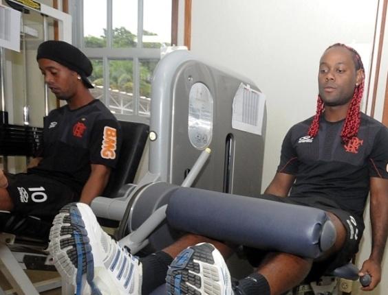 Vagner Love e Ronaldinho se exercitam na academia do CT do Flamengo